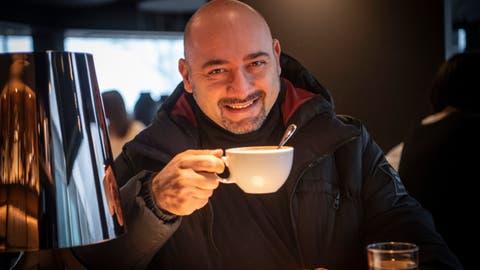 Cappuccino zur Happy Hour, ohne Maske: Tenor Riccardo Botta schafft schnelles An- und Abziehen des obligatorischen Virenschutzes unterdessen auch mit aufgeklebtem Bart und anderen Hindernissen. (Bild: Ralph Ribi)