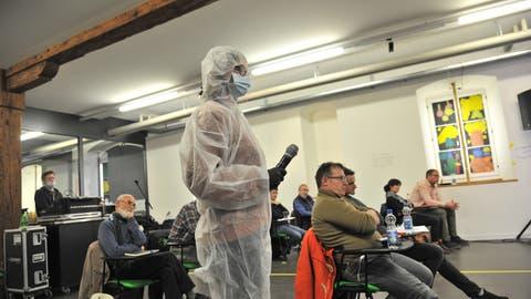 Podium der Coronaskeptiker. Die Mikrofonträgerin lief im Publikum mit einem Ganzkörper-Schutzanzug herum. (Urs Hanhart / Urner Zeitung)