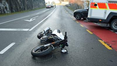 Das Motorrad blieb nach der Kollision auf der Götzentalstrasse liegen. (Bild: Luzerner Polizei (Dierikon, 3. Dezember 2020))
