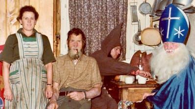 So präsentierten sich der Samichlaus und seine Schmutzli 1917. Ein Jahr später durfte er wegen der Grippe keine Hausbesuche vornehmen. (Bild: Verein Nächstenliebe / Staatsarchiv Uri)