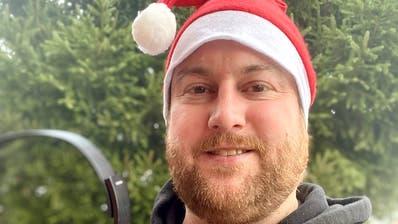 Die rote Mütze und die Kopfhörer zieht Michael Sarbach dieses Jahr an Heiligabend nicht an. Statt an der Weihnachtsparty im «Gare de Lion» feiert er mit seiner Familie daheim. (Bild: PD)