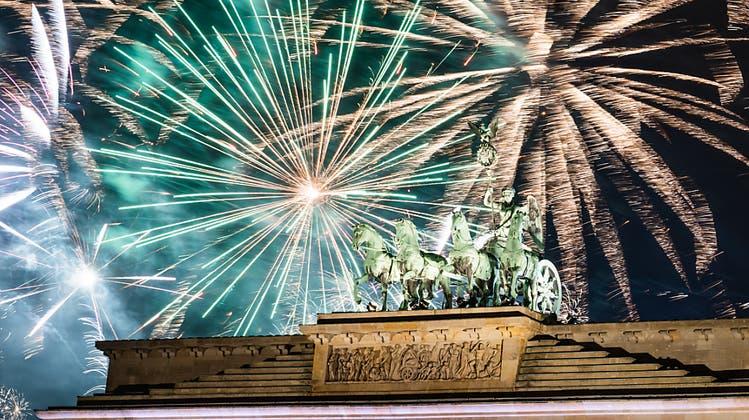 Während der Silvesterparty wird am Brandenburger Tor das offizielle Feuerwerk gezündet. Die Silvesterfeierlichkeiten rund um den Globus sind wegen der Corona-Pandemie diesmal anders. (Bild: Christophe Gateau)
