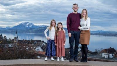 Erika, Serena, Daniel und Kim Spirdonoff (von links) auf dem Guggi in Zug. (Bild: Stefan Kaiser (Zug, 23. Dezember 2020))