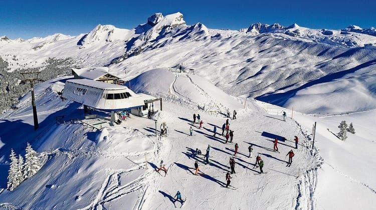 So soll es nach dem Willen der Skigebiet-Verantwortlichen bald wieder aussehen: Schneesport wie hier im Hoch-Ybrig. (Bild: Archiv Bote der Urschweiz)