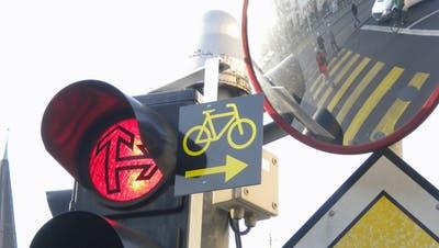 Rechtsabbiegen bei Rot wäre für Velos nun möglich – was macht der Kanton Solothurn?
