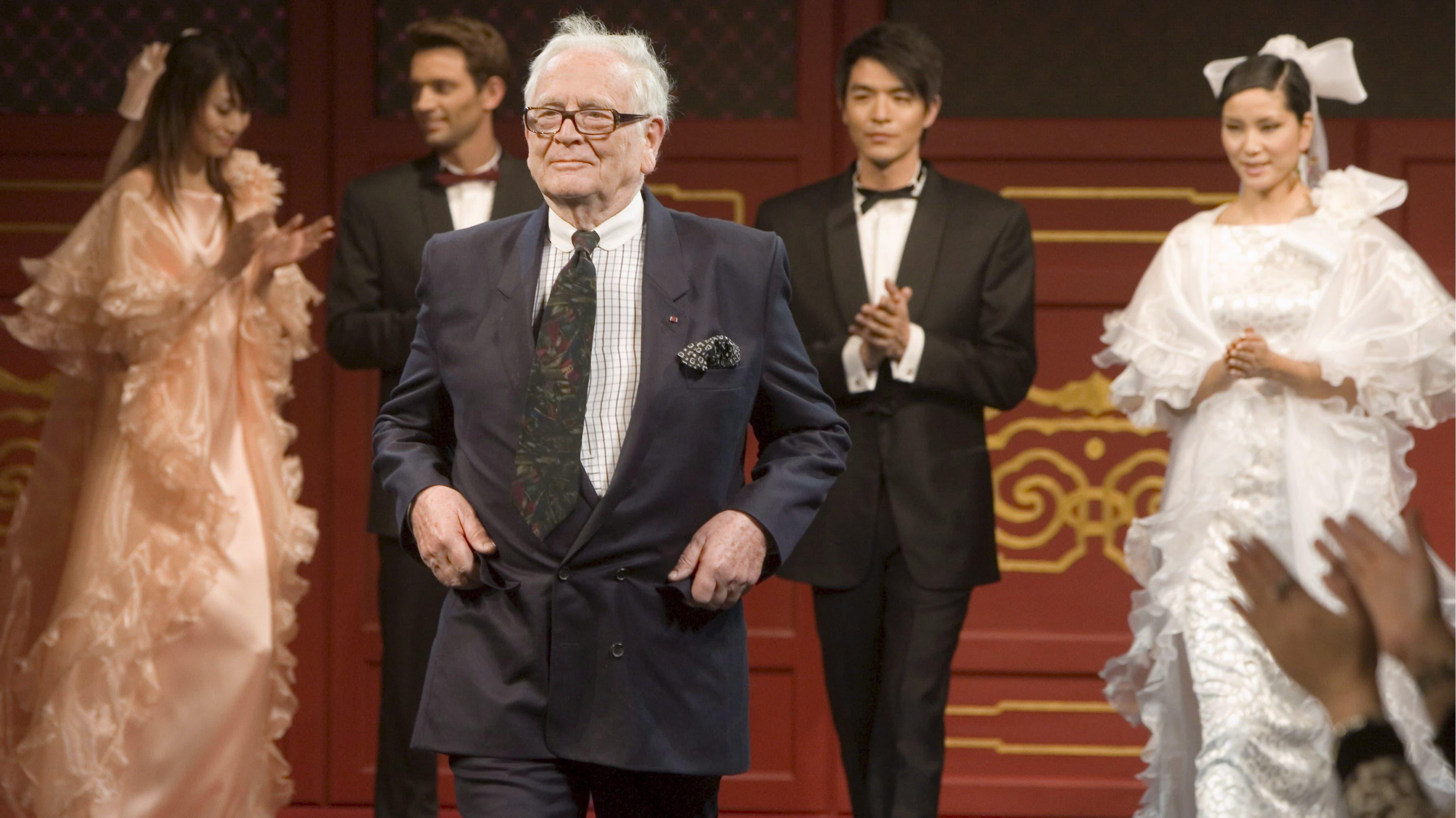 29. Dezember: Der französische Modeschöpfer Pierre Cardin stirbt im Alter von 98 Jahren in Frankreich.
