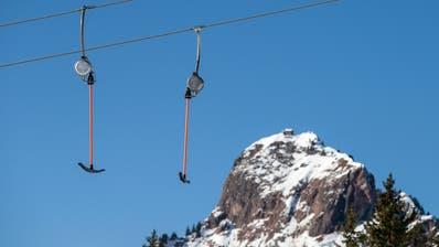Die Skilifte im Kanton Schwyz dürfen ab 2. Januar wieder Gäste den Berg hochziehen. (Symbolbild) (Keystone)
