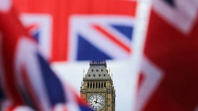 Britische Fahnen wehen vor dem berühmten Uhrturm Big Ben. (Foto: Keystone)