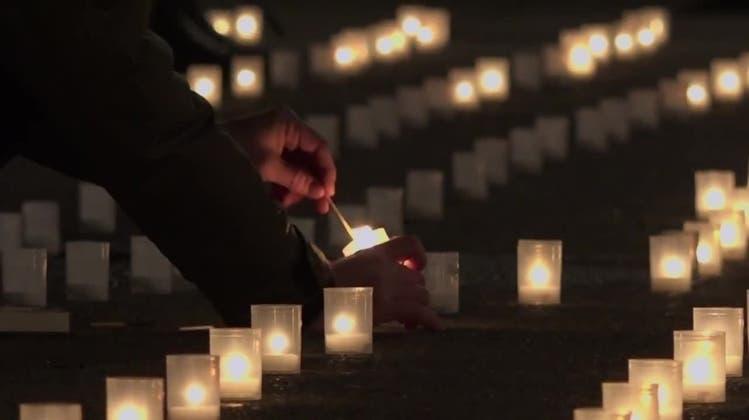 Mahnwache: Zürcher zünden Kerzen an für die Corona-Todesopfer