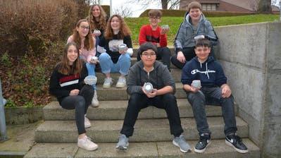 Sieben von 195 Oberstufenschülern zeigen ihre selbstgemachte Laterne. (Bild: Beat Lanzendorfer)