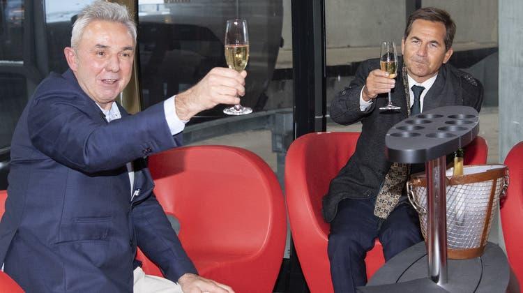 In der VIP-Gondel:Urs Kessler, CEO der Jungfraubahnen und Bundeskanzler Walter Thurnherr prosten sich zu. (Keystone)