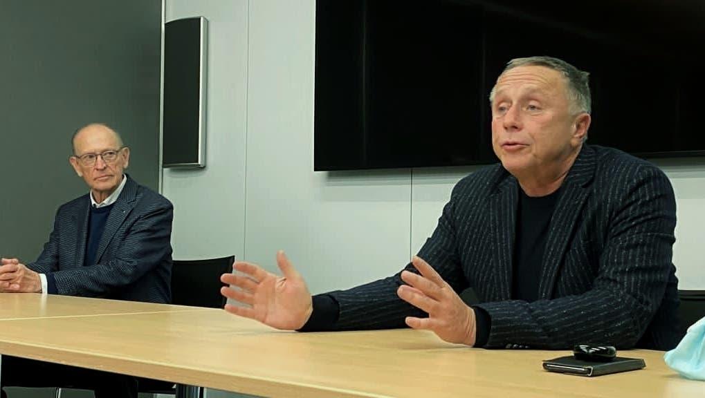 Marc Gassmann und Fredy Bayard (r.) verkünden am Freitag vor den Medienden Verkauf des Bieler Medienhauses. (HO)