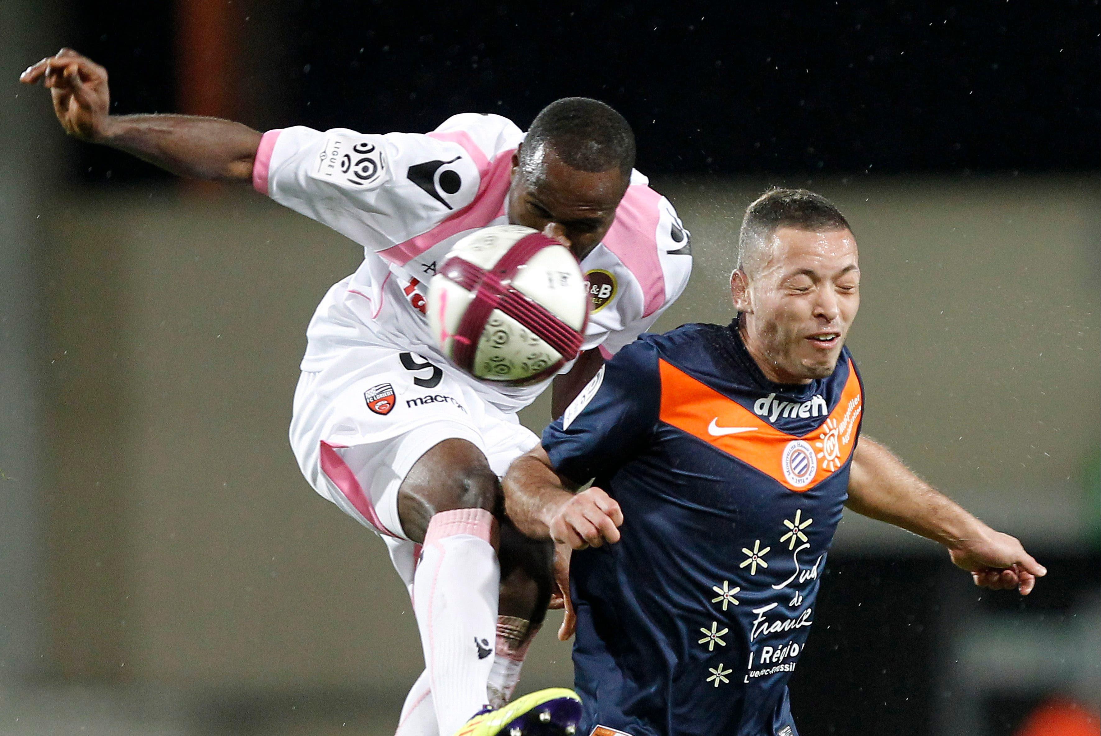 Es folgt der Wechsel nach Frankreich zum FC Lorient. Hier dueliert sich Emeghara (links) mit Jamel Saihi von Montpellier. Bei Lorient spielt Emeghara von 2011 bis 2013.