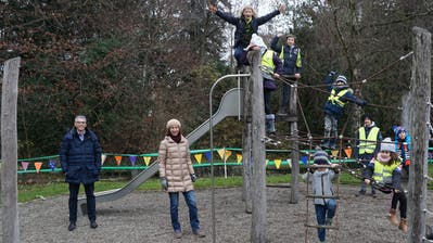 Die Kinder toben sich ab sofort wieder auf dem Spielplatz des Alterszentrums Park aus. Mit dabei: Michael Tobler, Stv. Zentrumsleiter und Andrea Hofmann, Koordinatorin Kinderrat ((Bild: PD))