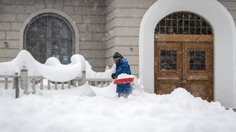 A man removes snow with a shovel, in St. Moritz, Switzerland, Saturday, December 5, 2020. Due to a heavy snowfall and strong wind, the FIS decided to cancel today's women's Super-G race of the FIS Alpine Ski World Cup. (KEYSTONE/Jean-Christophe Bott) (Jean-Christophe Bott / KEYSTONE)
