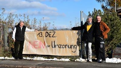 Peter Rohner, Veronika Eichenberg und Rolf Kellenberger zeigen ihre gemeinsame Botschaft an der Dussnanger Frohsinnstrasse: «Nein zur Umzonung». (Bild: Roman Scherrer)