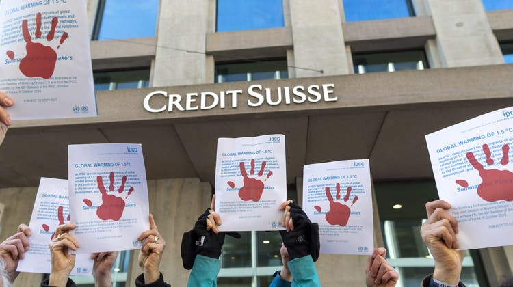 Greenpeace fordert etwa eine stärkere Regulation des Finanzplatzes: Klimaaktivisten vor einem Credit-Suisse-Gebäude. (Symbolbild) (Keystone)