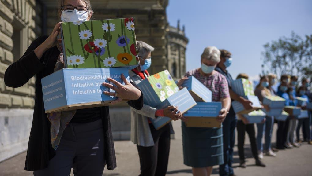 Sie reagieren auf die Unterschriften-Krise (von links): Corina Gredig (GLP), Damien Cottier (FDP) und Martina Bircher (SVP). Gemeinsam mit Politikern der übrigen Parteien. (Keystone)