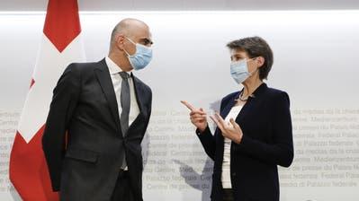 Bundespräsidentin Simonetta Sommaruga und Gesundheitsminister Alain Berset erklären, wie sie die Coronalage in der Schweiz in den Griff bekommen wollen. (Bild: Peter Klaunzer/Keystone (Bern, 8. Dezember 2020))