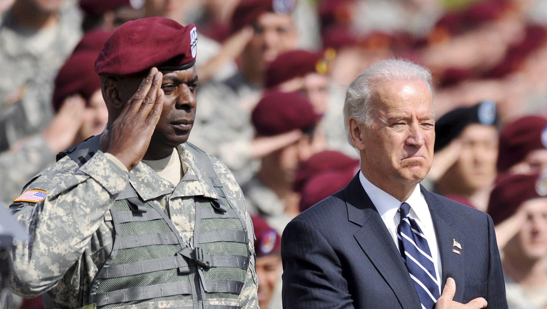 Seite an Seite bereits im Jahr 2009: Der damalige Vize- und künftige Präsident Joe Biden (r) und der nächste Verteidigungsminister der USA, Lloyd Austin. (Stan Gilliland / EPA)