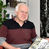 Markus Schär bei sich in der Stube mit der Festschrift zum 10-Jahr-Jubiläum des «Frohsinns» 1998. (Bild: Mario Testa)