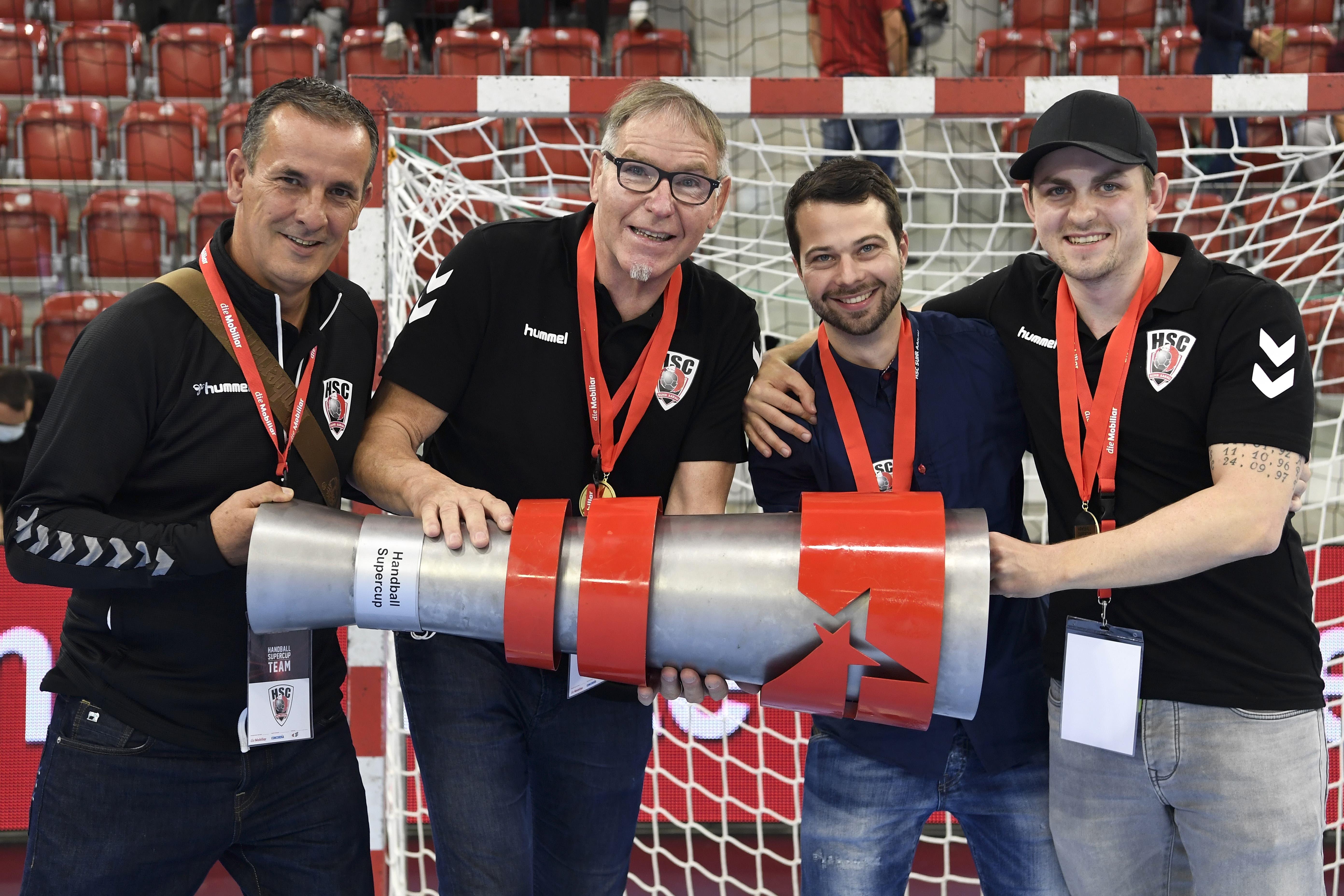 Der erste Titel nach 20 Jahren: Sportchef Michael Conde (l.), Präsident René Zehnder (2.v.l.), Geschäftsführer Lukas Wernli (2.v.r.) und Teammanager Beau Kägi posieren mit der Supercup-Trophäe.