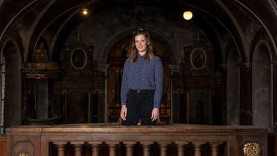 Projektinitiantin Sibylle Lang in der alten Kirche Buchrain, die als Cafézwischengenutzt werden soll. (Patrick Hürlimann (Buchrain, 7. Dezember 2020))