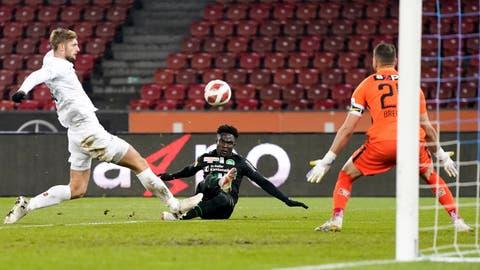 Im Fallen erzielt der St.GallerThody Élie Youanseinen ersten Treffer. (Bild: Claudio Thoma/Freshfocus)