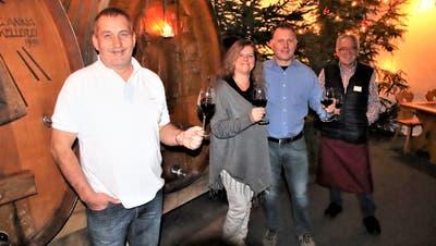 Das Saxerteam mit Jimmy, Urs und Andrea Saxer sowie Mitarbeiter Ruedi Wirth im Weinkeller. (Bild: Roland Müller)