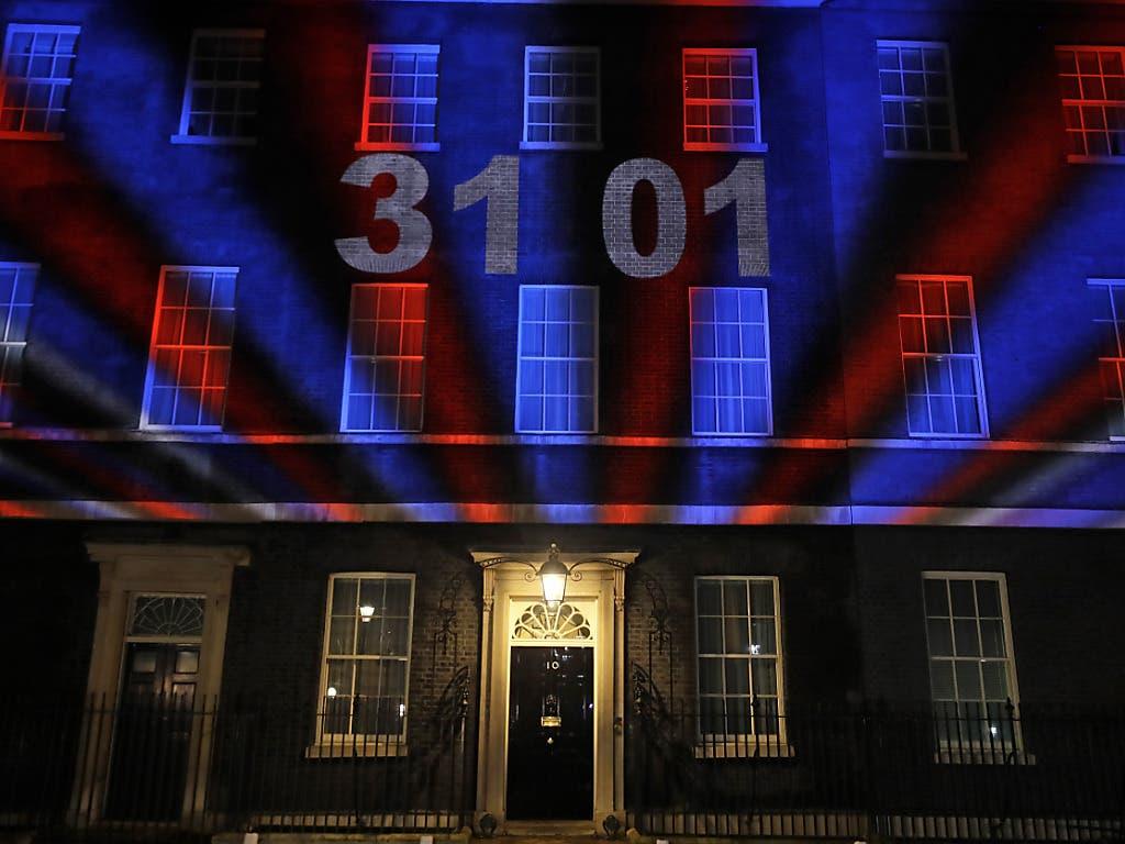 Grossbritannien ist aus der EU ausgetreten. Der Sitz des britischen Premierministers Boris Johnson in der Downing Street 10 in London erleuchtet in den britischen Nationalfarben.