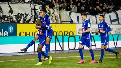 Luzerns Blessing Eleke (links) und Lucas bejubeln das 2:0. (Bild: Philipp Schmidli,Luzern, 1. Februar 2020)