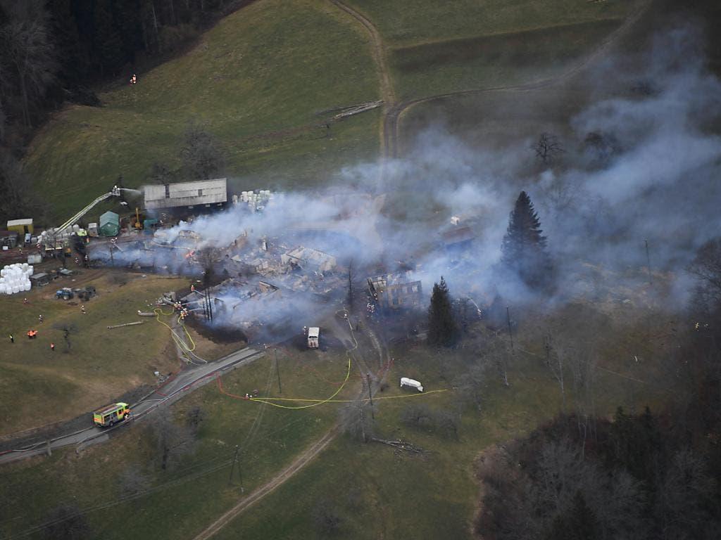 Ein Grossaufgebot mehrerer Feuerwehren kämpfte vergeblich gegen die Flammen.