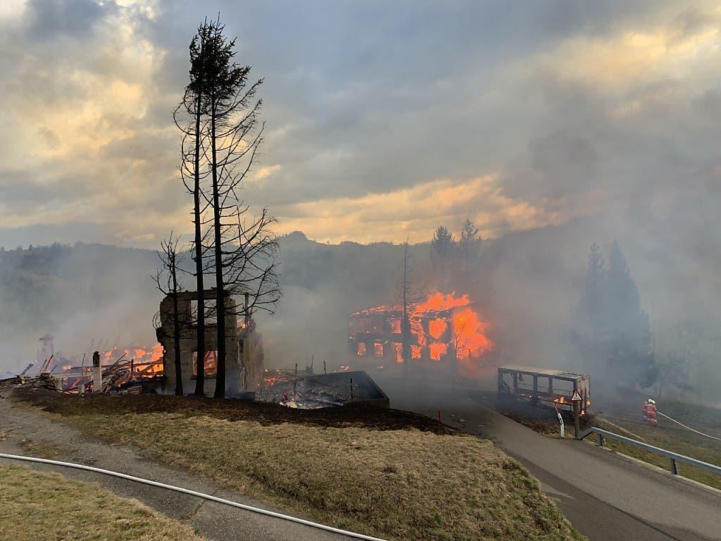 Der Weiler brannte komplett ab.