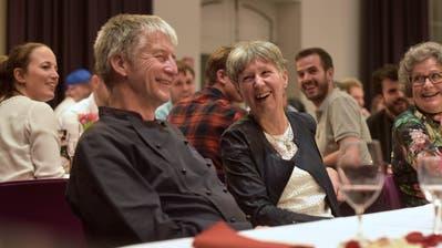 Jürg und Olivia langer freuen sich inmitten der Weinfelder Bürgerinnen und Bürger im «Trauben»-Saal über die Abschiedsworte von Stefan Haffter. ((Bild: Mario Testa))