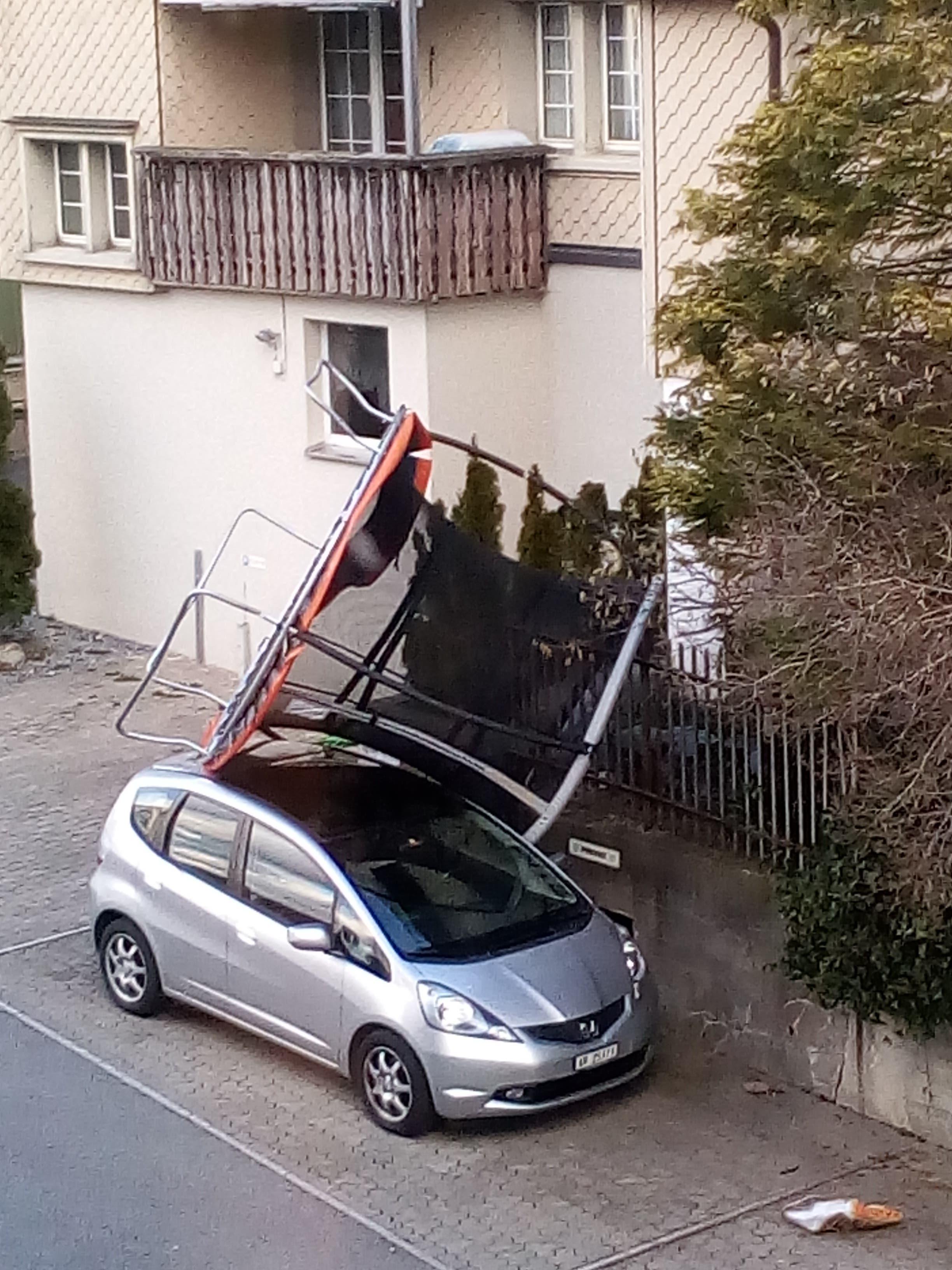 Am Montagmorgen wurde an der Gossauerstrasse in Herisau ein Trampolin auf ein Auto geweht.