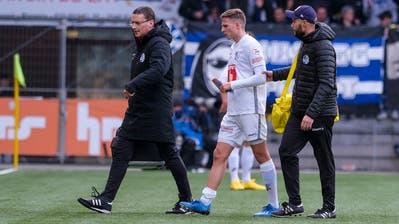 Idriz Voca (Mitte) wird vonTeamarzt Thomas Gunzenhauser (links) und Sportphysiotherapeut Marco Dobler in Neuenburg vom Platz begleitet. (Martin Meienberger/Freshfocus (9.Februar 2020))