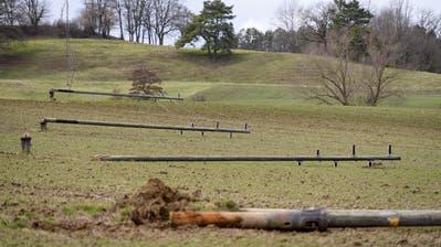 Strommasten liegen in einem Feld, umgeweht während des Sturms Sabine inCourtetelle, Kanton Jura. (Anthony Anex / KEYSTONE)