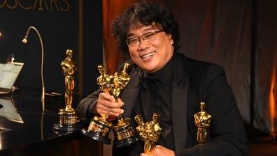 Regisseur und Produzent Bong Joon-ho präsentiert die Oscars, die er mit «Parasite» abgeräumt hat. (Richard Shotwell/Invision/AP)