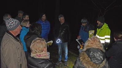 Die Fachleute erklären im Chogenbachtobel, wie der Holzschlag ablaufen wird. ((Bild: Stefan Böker))