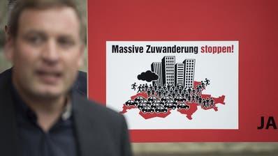 Die SVP will die Zuwanderung stoppen mit der Begrenzungsinitiative. Gegner fürchten wirtschaftliche Nachteile. (Keystone)