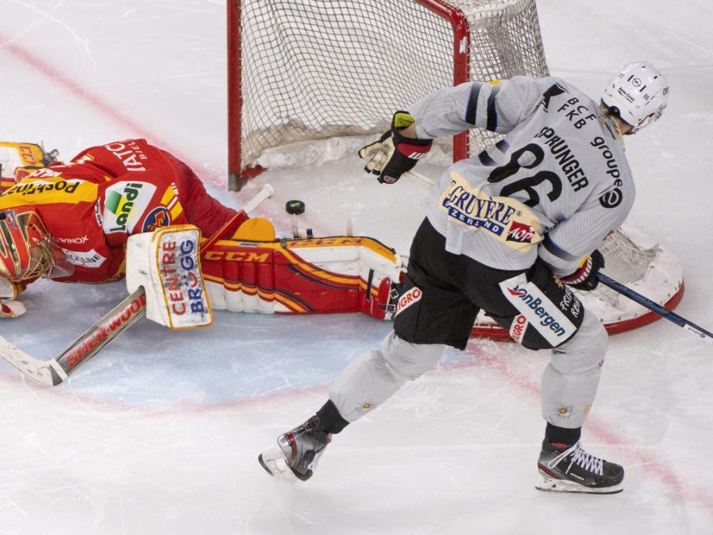 Julien Sprunger bezwingt den Bieler Goalie Jonas Hiller und schiesst damit Fribourg-Gottéron im Penaltyschiessen zum Sieg. Die Freiburger verbessern sich dadurch in der Tabelle auf Platz 8