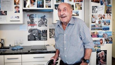 Lidio De Martin ist der älteste Gossauer. Er interessiert sich noch immer für Sport und Politik: In der Küche hängen neben Bildern von der Familie auch solche von Michael Schumacher oder der Bundesrätin Viola Amherd. (Bild: Ralph Ribi)