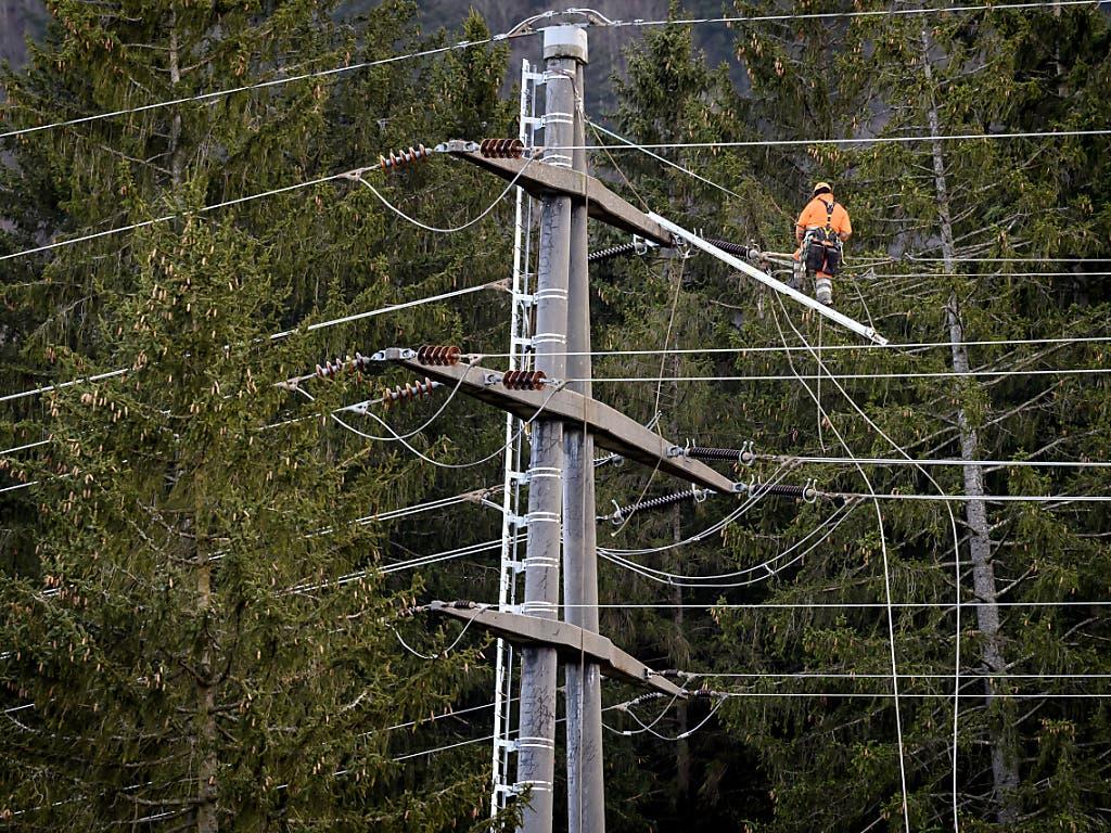 «Sabine» hat auch Stromleitungen in Mitleidenschaft gezogen. In Ennetmoos NW fiel in der Nacht auf Dienstag eine Hauptstromleitung auf Bäume, es kam zu einem Glimmbrand. (Bild aus Reconvilier BE)