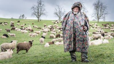 «Vielleicht kommt der Wolf. Vielleicht nicht.» – Der Wanderhirte Franco Vitali vor seiner Schafherde oberhalb des Thurtals. (Bilder: Andrea Stalder)