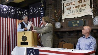Les Otten (links) wirft den ersten Stimmzettel ein. (AP/Keystone)