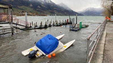 In Sarnen riss Sabine den vorderen Teil eines Bootsstegs ab. (Bild: Kantonspolizei Obwalden)