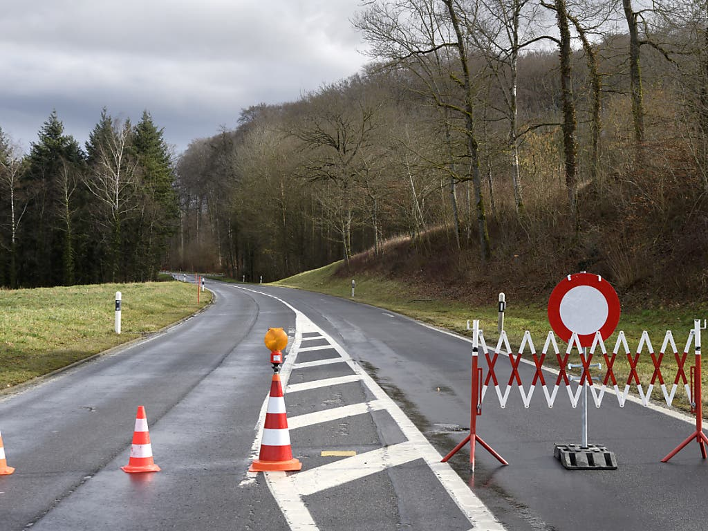 Strassensperren gibt es nach dem Durchzug von Sturm «Sabine» noch etliche in der Schweiz.