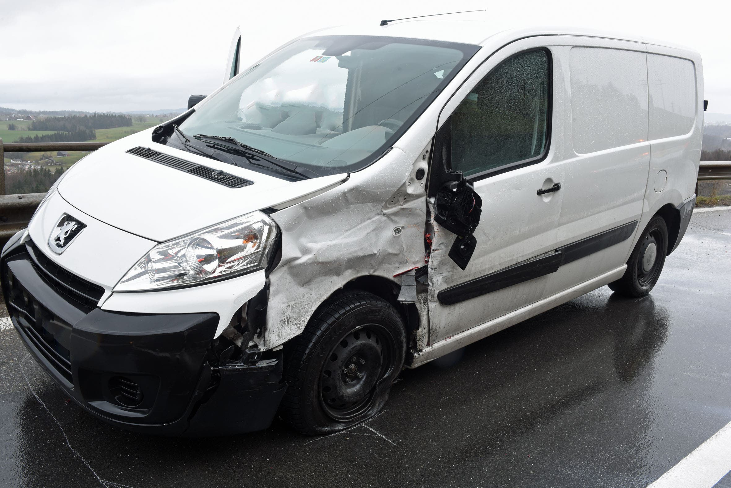 Das Auto drehte sich und prallte mit dem Heck gegen die linke Frontecke eines entgegenkommenden Lieferwagens. Verletzt wurde niemand.