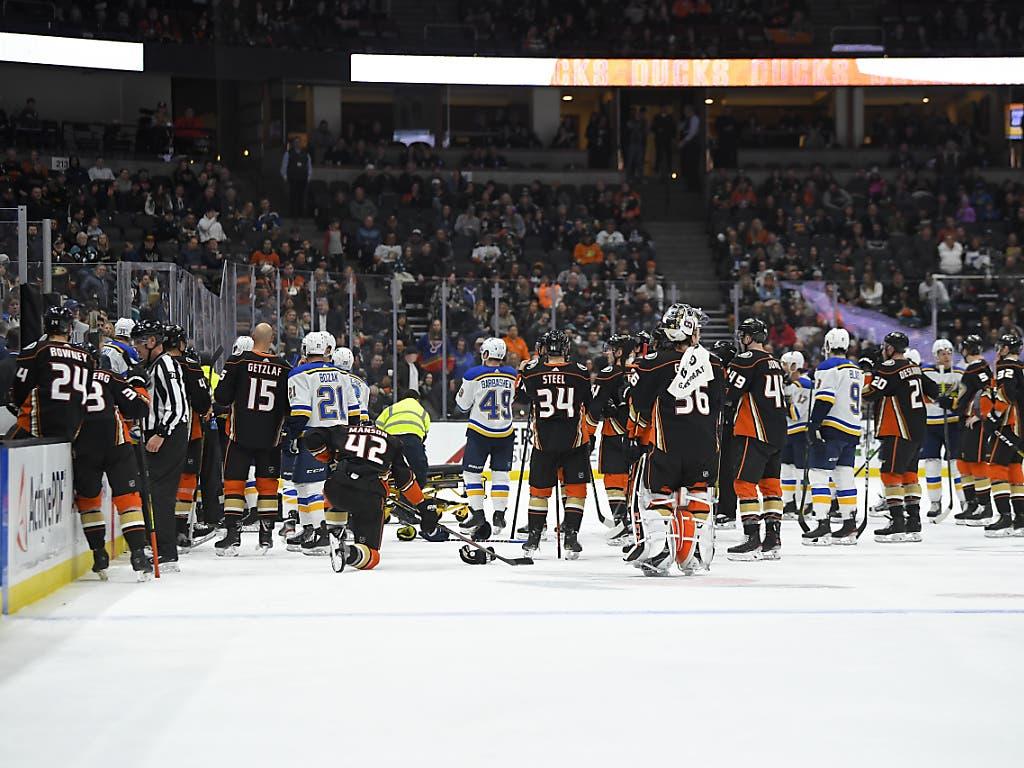 Banges Warten: Die Spieler der Anaheim Ducks und St. Louis Blues stehen auf dem Eis, nachdem St. Louis' Verteidiger Jay Bouwmeester auf der Spielerbank zusammenbegrochen war