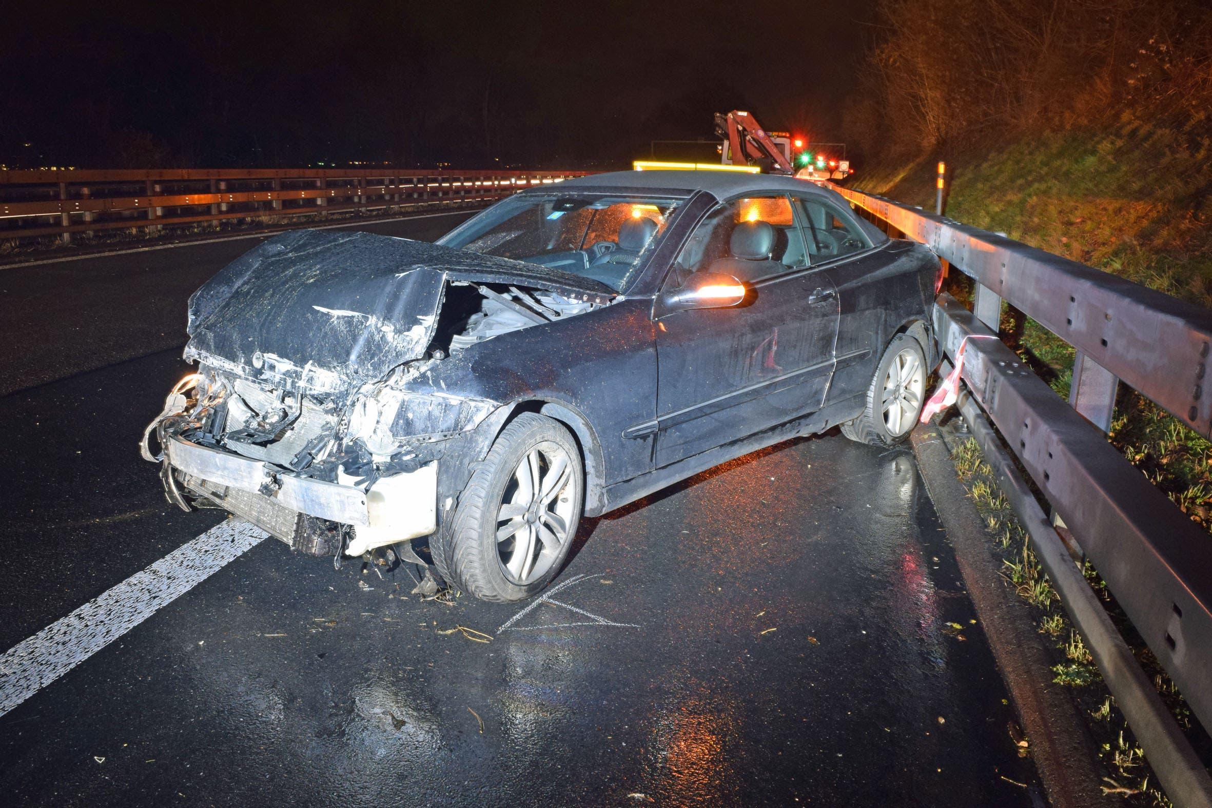 Aus noch ungeklärten Gründen kam das Auto auf der nassen Fahrbahn ins Schleudern.